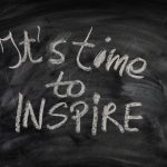 krijtbord met tekst 'it's time to inspire'