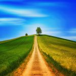 de weg leidt omhoog